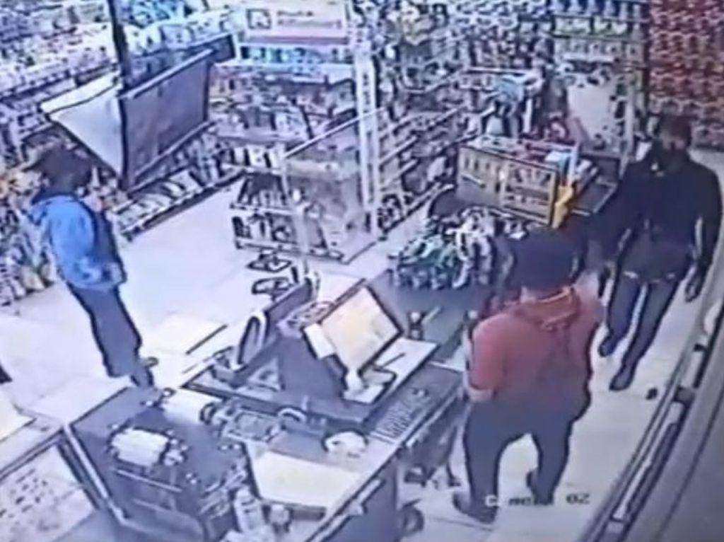 Perampok Bersenjata Air Gun Satroni Minimarket di Jombang, Rp 16 Juta Amblas