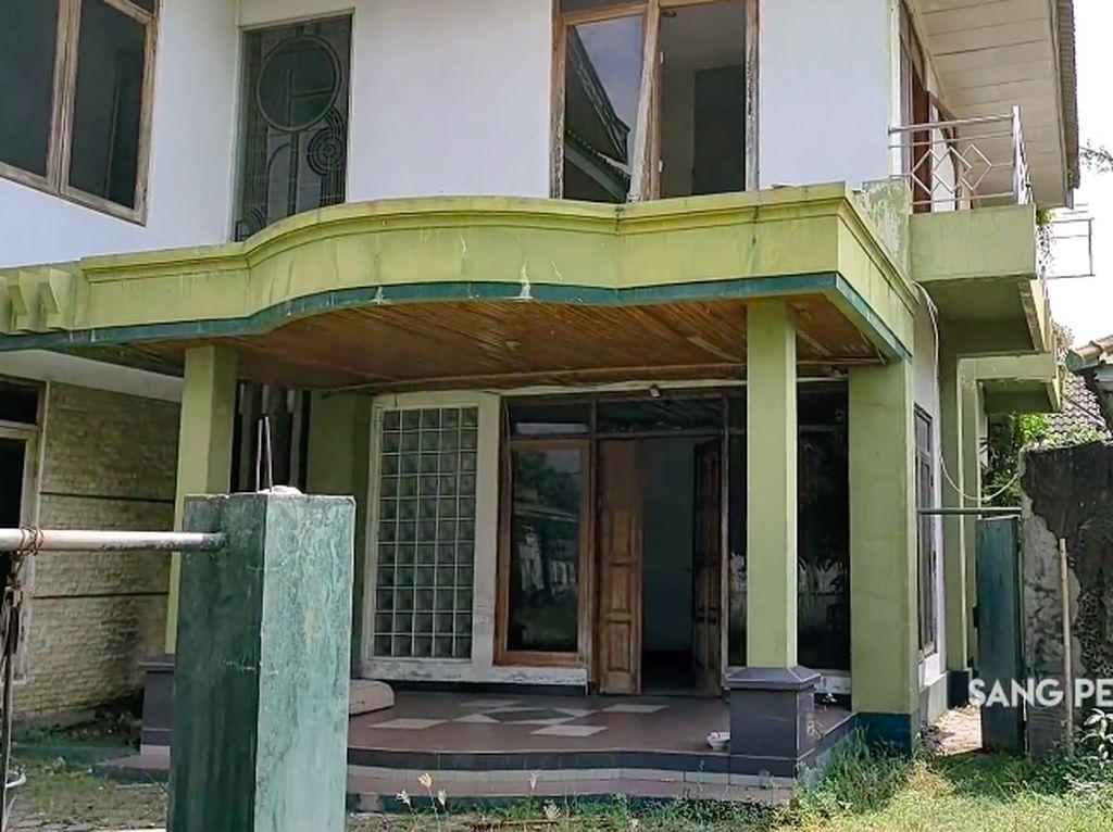 10 Penampakan Rumah Mewah yang Terbengkalai 15 Tahun, Horor Banget