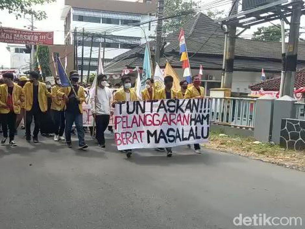 Jelang Pengukuhan Profesor Jaksa Agung, Massa Mahasiswa Unsoed Gelar Demo