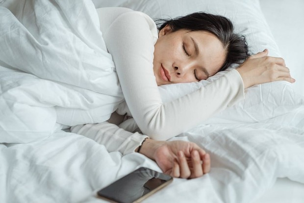 Tidur teratur dapat meningkatkan kemampuan daya ingat/Foto: pexels/Ketut Subiyanto