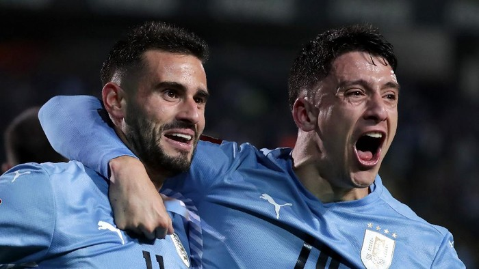 MONTEVIDEO, URUGUAY - SEPTEMBER 09: Gastón Pereiro (L) of Uruguay celebrates with teammate Joaquín Piquerez after scoring the first goal of his team during a match between Uruguay and Ecuador as part of South American Qualifiers for Qatar 2022 at Campeon del Siglo Stadium on September 9, 2021 in Montevideo, Uruguay. (Photo by Raúl Martínez - Pool/Getty Images)