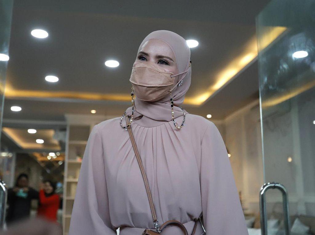 Senyum Angel Lelga Komentari Vonis Penjara Vicky Prasetyo