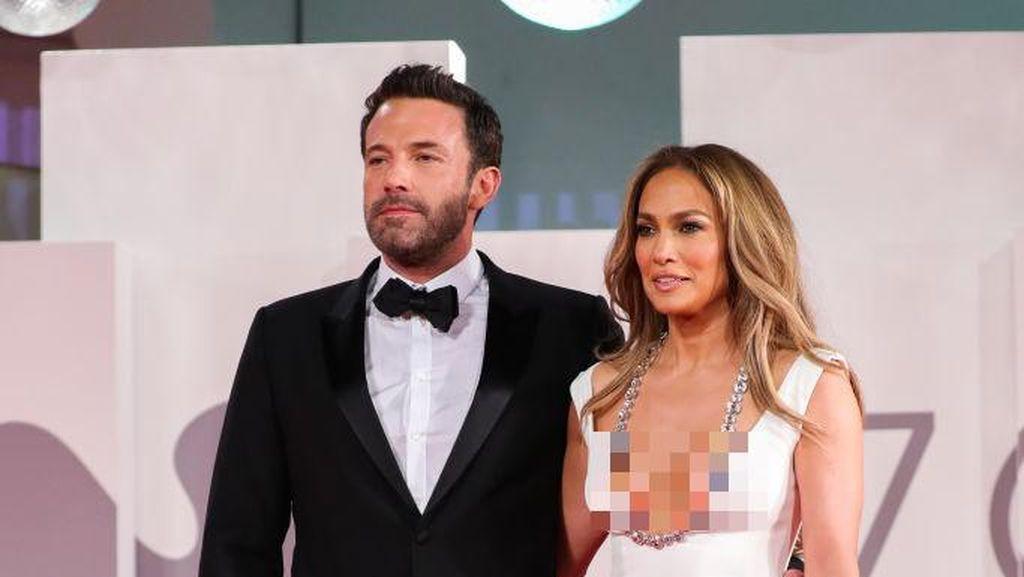 10 Foto J.Lo Seksi Pakai Gaun Belahan Dada Rendah, Mesra dengan Ben Affleck