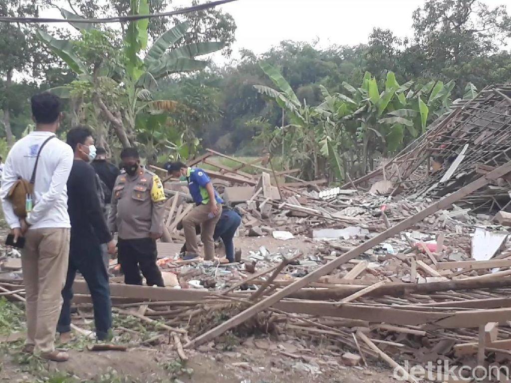 Ledakan Keras Hancurkan Dua Rumah di Pasuruan