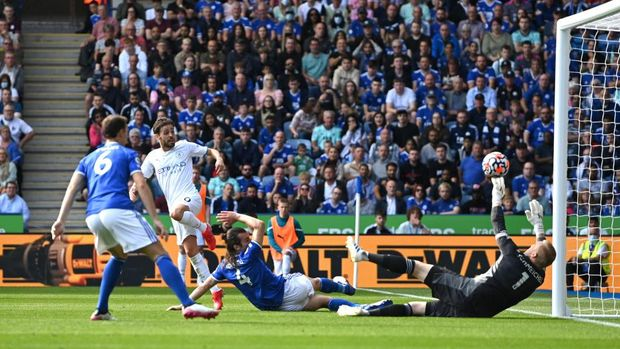 LEICESTER, ENGLAND - SEPTEMBER 11: Bernardo Silva of Manchester City scores their side's first goal past Kasper Schmeichel of Leicester City during the Premier League match between Leicester City and Manchester City at The King Power Stadium on September 11, 2021 in Leicester, England. (Photo by Shaun Botterill/Getty Images)