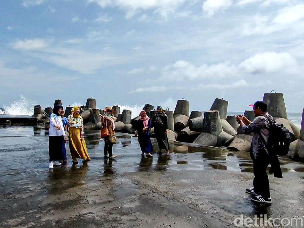 Wisatawan Suntuk di Rumah Aja, Nekat Terobos Pantai Glagah