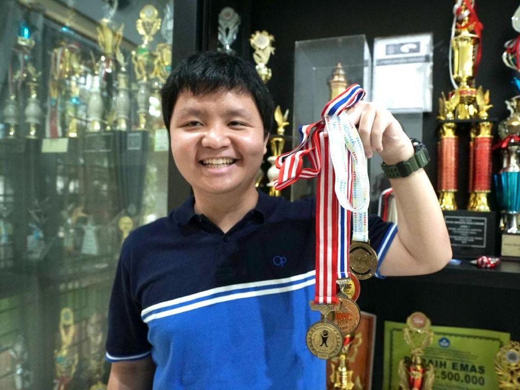 Remaja Indonesia Ini Sabet Emas dan Perak di Olimpiade Matematika