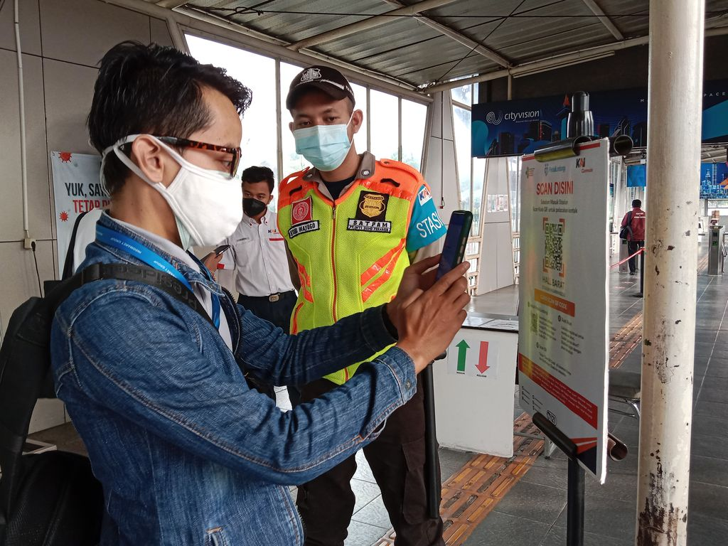 Suasana pengecekan sertifikat vaksin Corona di Stasiun Pasar Minggu (Annisa-detikcom)