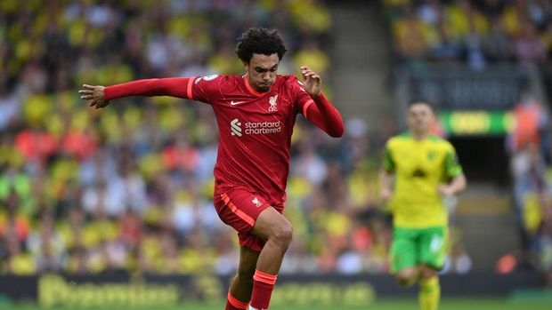 NORWICH, ENGLAND - AUGUST 14:  Trent Alexander-Arnold of Liverpool runs with the ball during the Premier League match between Norwich City  and  Liverpool at Carrow Road on August 14, 2021 in Norwich, England. (Photo by Shaun Botterill/Getty Images)