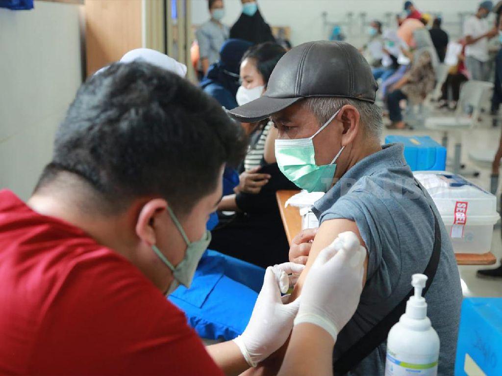 Pemerintah Gencarkan Vaksinasi Lansia untuk Tekan Kematian COVID-19