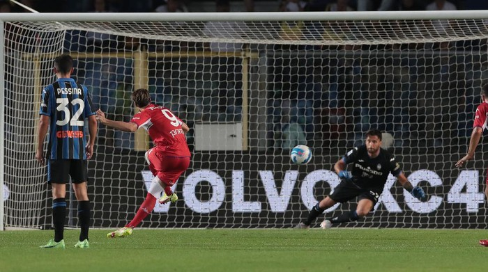 BERGAMO, ITALY - SEPTEMBER 11: Dusan Vlahovic of ACF Fiorentina scores the second goal of his team via penalty kick during the Serie A match between Atalanta BC and ACF Fiorentina at Gewiss Stadium on September 11, 2021 in Bergamo, Italy. (Photo by Emilio Andreoli/Getty Images)