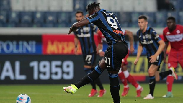 BERGAMO, ITALY - SEPTEMBER 11: Duvan Zapata of Atalanta BC scores from the penalty spot during the Serie A match between Atalanta BC and ACF Fiorentina at Gewiss Stadium on September 11, 2021 in Bergamo, Italy. (Photo by Emilio Andreoli/Getty Images)