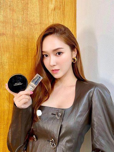 Jessica yang menjadi brand ambassador Revlon