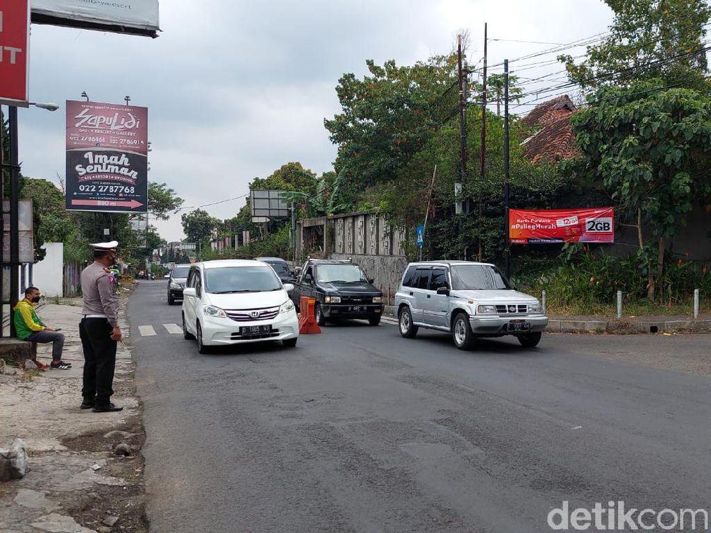Kendaraan Wisatawan Padati Jalan Raya Lembang, Polisi Berlakukan One Way