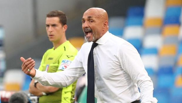 NAPLES, ITALY - SEPTEMBER 11: Head coach of Napoli Luciano Spalletti gestures during the Serie A match between SSC Napoli and Juventus at Stadio Diego Armando Maradona on September 11, 2021 in Naples, Italy. (Photo by Maurizio Lagana/Getty Images)