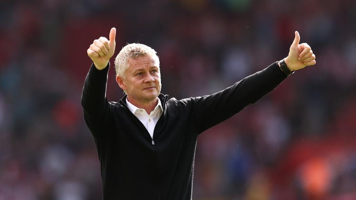 SOUTHAMPTON, ENGLAND - AUGUST 22: Ole Gunnar Solskjaer, Manager of Manchester United acknowledges the fans after the Premier League match between Southampton and Manchester United at St Marys Stadium on August 22, 2021 in Southampton, England. (Photo by Ryan Pierse/Getty Images)