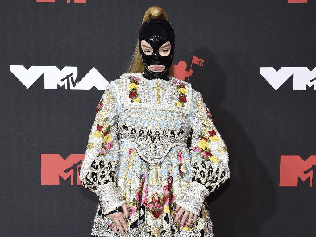 9 Artis Berbusana Terburuk di MTV VMA 2021, Doja Cat Hingga Charli XCX