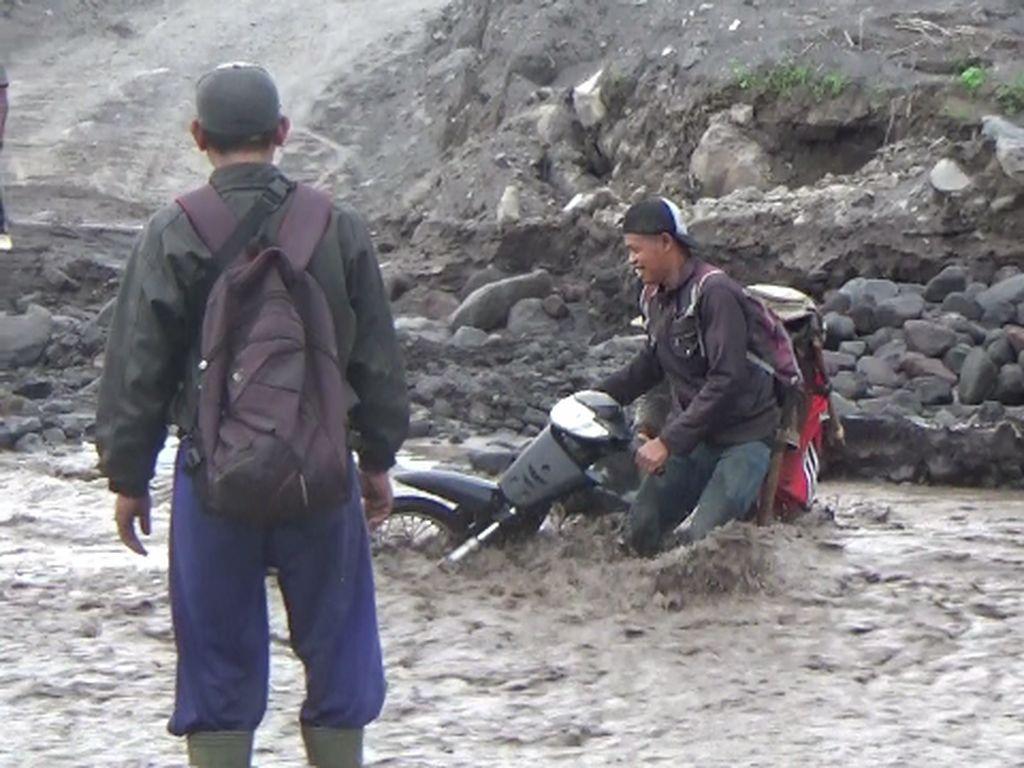 Pengendara yang Nekat Nyeberang Nyaris Terseret Banjir Lahar Dingin Semeru