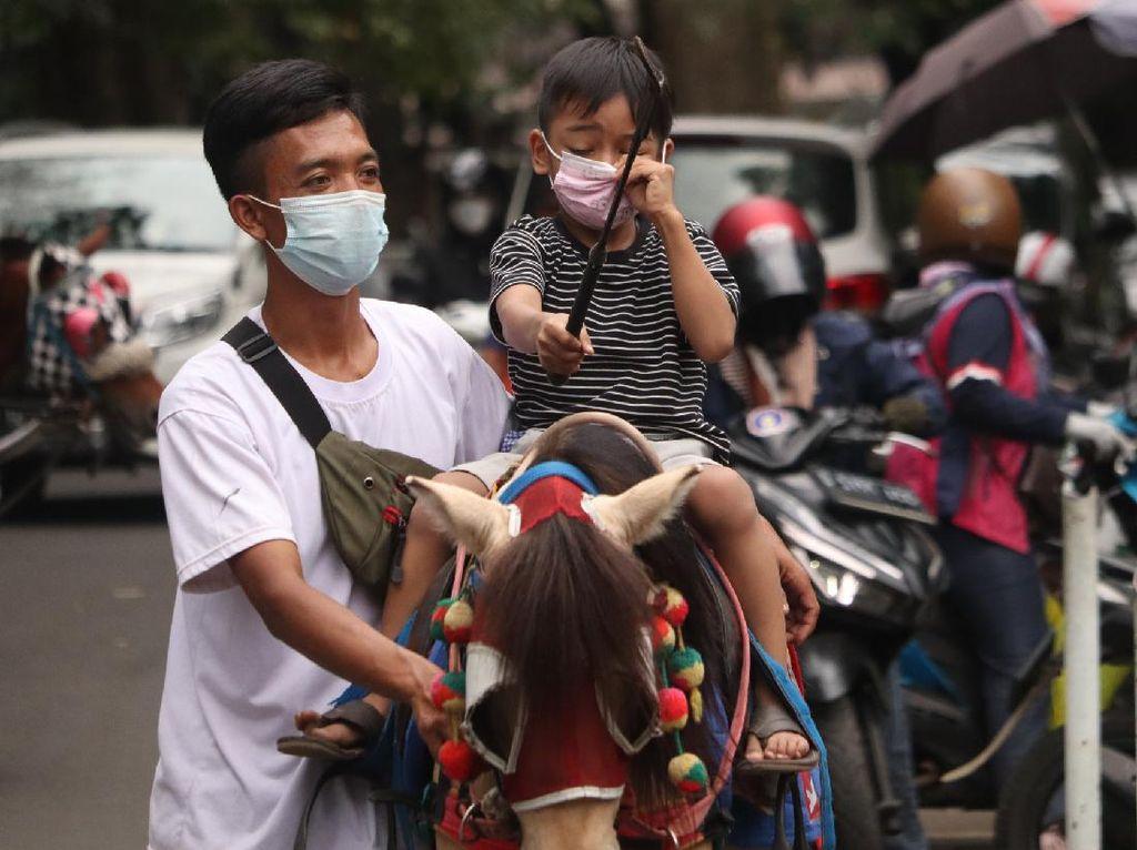 Bonbin Bandung Belum Buka, Wisatawan Pilih Naik Kuda di Jalan Ganesha