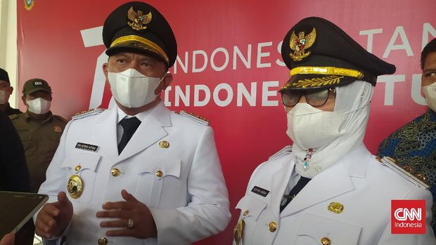 Gubernur Sumatera Utara, Edy Rahmayadi melantik Erik Atrada Ritonga dan Ellya Rosa Siregar sebagai Bupati dan Wakil Bupati Labuhanbatu 2021-2024 di Rumah Dinas Gubernur Sumut, Senin (13/9/2021). Pelantikan ini dihadiri puluhan pendukung dan simpatisan Erik-Ellya meski saat ini masih situasi pandemi Covid-19. cnnindonesia/ farida noris