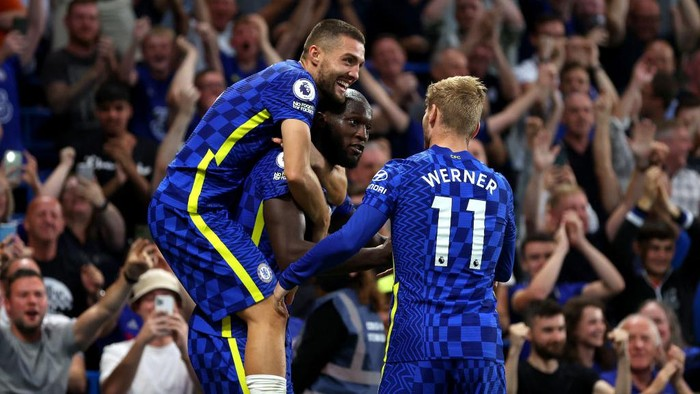 LONDON, ENGLAND - SEPTEMBER 11: Romelu Lukaku of Chelsea celebrates with Mateo Kovacic and Timo Werner after scoring their sides third goal during the Premier League match between Chelsea and Aston Villa at Stamford Bridge on September 11, 2021 in London, England. (Photo by Catherine Ivill/Getty Images)