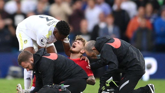 LEEDS, ENGLAND - SEPTEMBER 12: Harvey Elliott of Liverpool receives medical treatment during the Premier League match between Leeds United and Liverpool at Elland Road on September 12, 2021 in Leeds, England. (Photo by Laurence Griffiths/Getty Images)