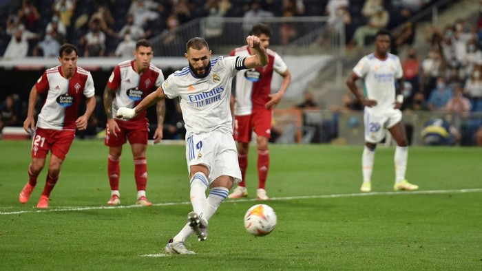 MADRID, SPAIN - SEPTEMBER 12: Karim Benzema of Real Madrid scores their teams 5th goal from the penalty spot during the La Liga Santander match between Real Madrid CF and RC Celta de Vigo at Estadio Santiago Bernabeu on September 12, 2021 in Madrid, Spain. (Photo by Denis Doyle/Getty Images)