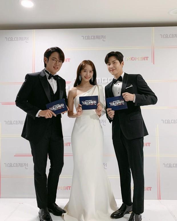Kim Seon Ho dan Yoona SNSD sebelumnya pernah menjadi MC dalam acara 2020 MBC Music Festival