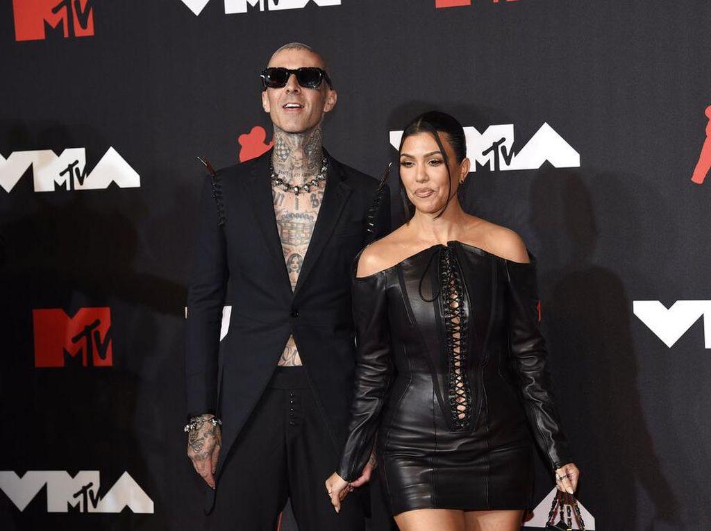 Adu Gaya Machine Gun Kelly-Megan Fox Vs Travis Barker-Kourtney Kardashian
