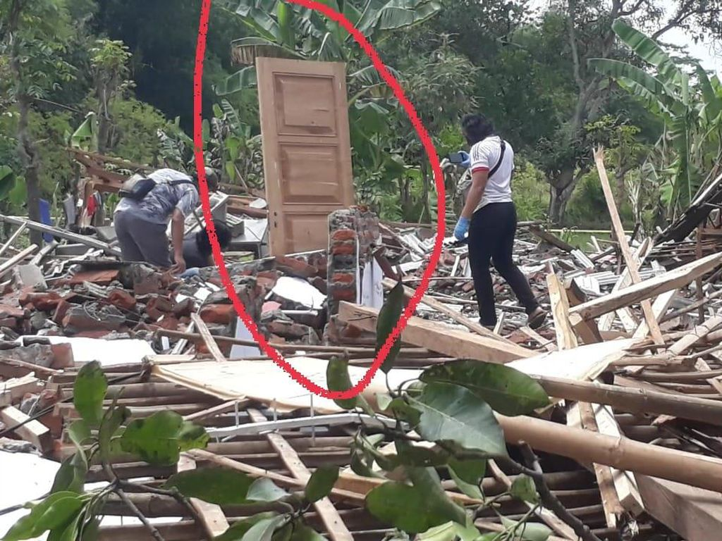 Pintu Perkasa Ini Berdiri di Tengah 2 Rumah Ambruk Karena Ledakan di Pasuruan