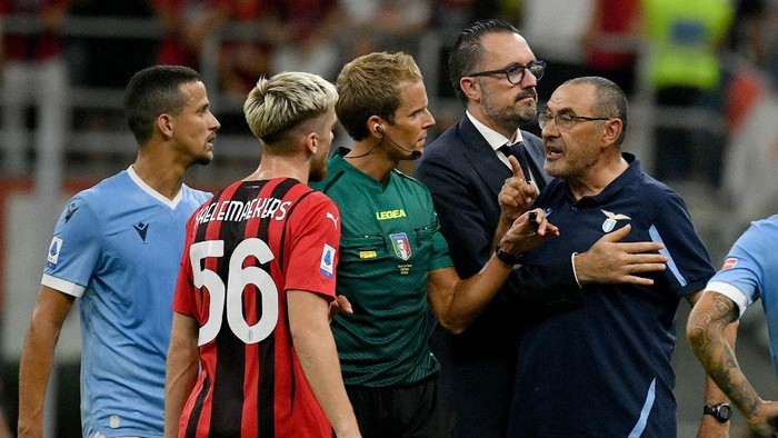 MILAN, ITALY - SEPTEMBER 12: SS Lazio head coach Maurizio Sarri and the referee Daniele Chiffi shows a red card after the Serie A match between AC Milan and SS Lazio at Stadio Giuseppe Meazza on September 12, 2021 in Milan, Italy. (Photo by Marco Rosi - SS Lazio/Getty Images)