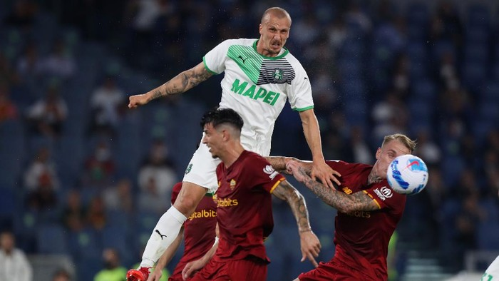 ROME, ITALY - SEPTEMBER 12: Roger Ibanez and Rick Karsdorp of AS Roma compete for the ball with Vlad Chiriches of US Sassuolo during the Serie A match between AS Roma and US Sassuolo at Stadio Olimpico on September 12, 2021 in Rome, Italy  (Photo by Paolo Bruno/Getty Images)