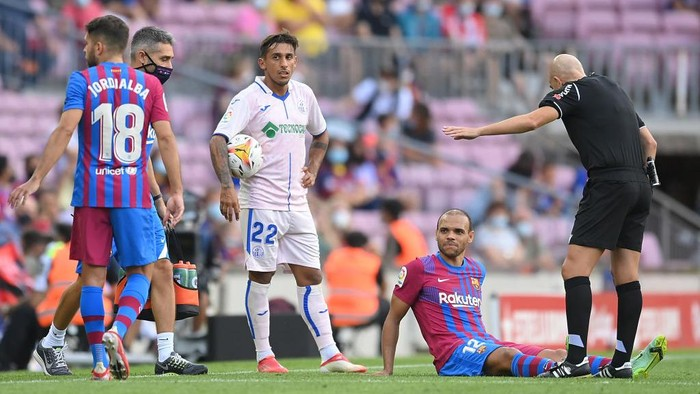 BARCELONA, SPAIN - AUGUST 29: Martin Braithwaite of FC Barcelona receives medical attention during the La Liga Santander match between FC Barcelona and Getafe CF at Camp Nou on August 29, 2021 in Barcelona, Spain. (Photo by David Ramos/Getty Images)