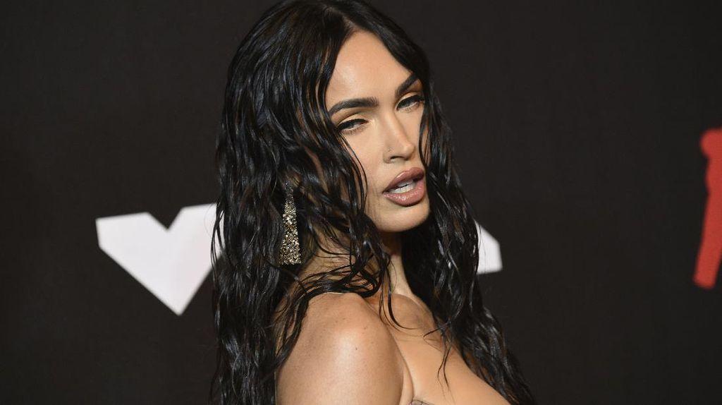 6 Potret Megan Fox Seksi Pakai Naked Dress di MTV VMAs