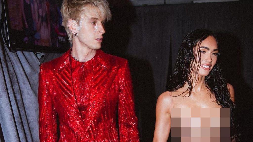 Megan Fox Pakai Dress Transparan Temani Machine Gun Kelly di VMAs
