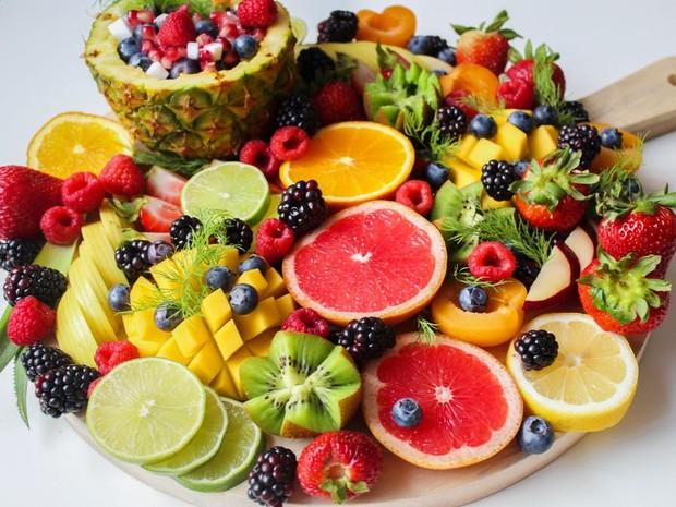Mengonsumsi buah-buahan / foto : pexels.com/TrangDoan