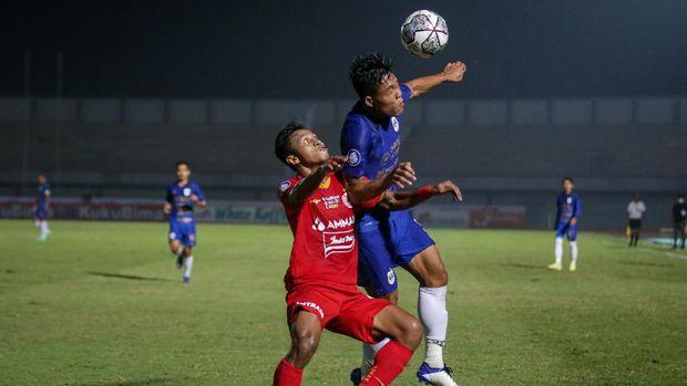 Pesepak bola Persija Jakarta Osvaldo Haay (kiri) berebut bola dengan pesepak bola PSIS Semarang Wahyu Prasetyo (kanan) pada lanjutan Liga 1 2021-2022 di Stadion Indomilk Arena, Tangerang, Banten, Minggu (12/9/2021). ANTARA FOTO/Fauzan/aww.