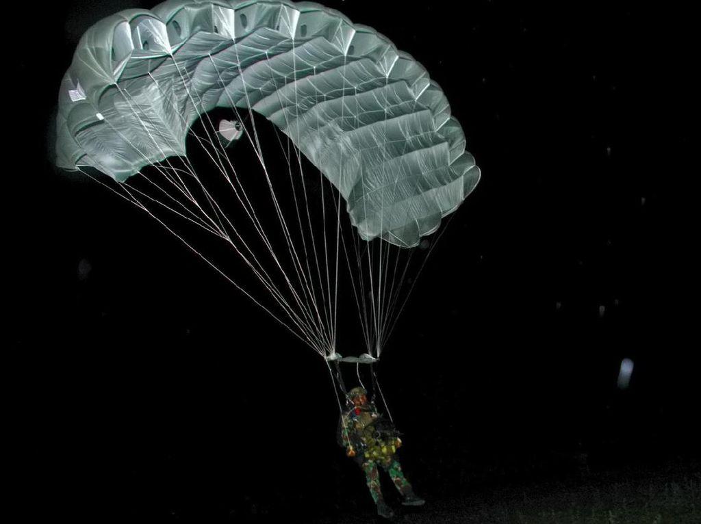 Prajurit Yontaifib Pasmar 2 Korps Marinir TNI AL Gelar Terjun Malam