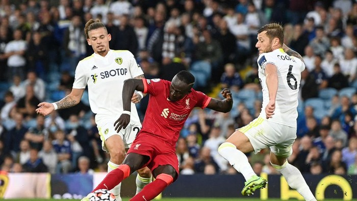 LEEDS, ENGLAND - SEPTEMBER 12: Sadio Mane of Liverpool scores their sides third goal during the Premier League match between Leeds United and Liverpool at Elland Road on September 12, 2021 in Leeds, England. (Photo by Shaun Botterill/Getty Images)