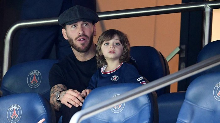 Paris Saint-Germains Spanish defender Sergio Ramos attends with his son during the French L1 football match between Paris-Saint Germain (PSG) and Clermont Foot 63 at The Parc des Princes Stadium in Paris on September 11, 2021. (Photo by FRANCK FIFE / AFP)