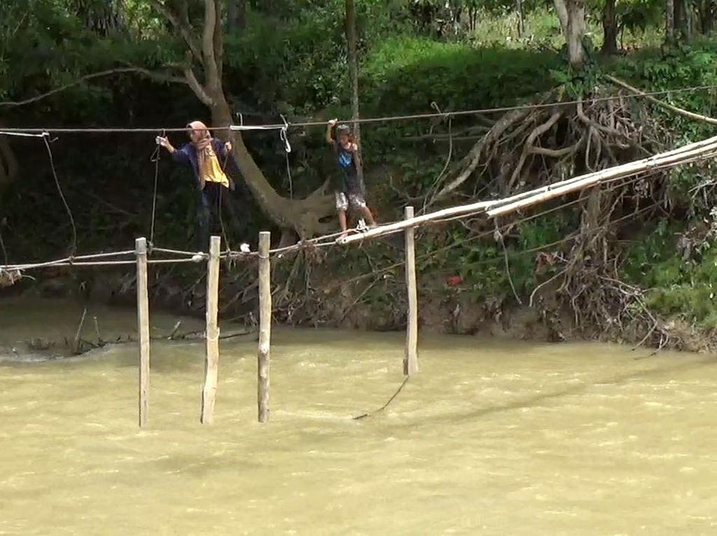 Siswa di Luwu Menyeberang dengan Seutas Tali, Pemkab Janji Perbaiki Jembatan