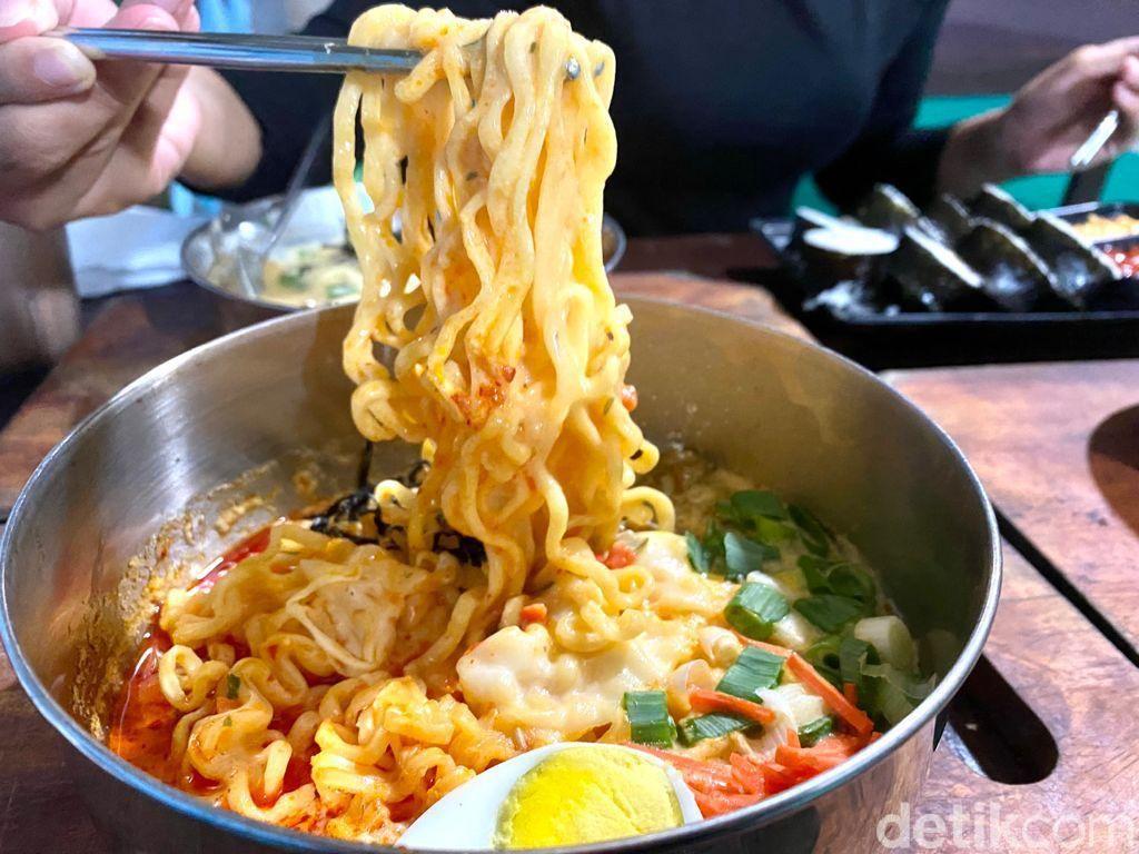 Om Bewok Korean Food: Lesehan Ngemil Tteokbokki dan Cheese Ramyun yang Creamy