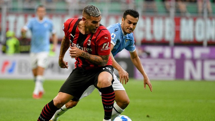 MILAN, ITALY - SEPTEMBER 12: Pedro Rodriguez Ledesma (R) of SS Lazio competes for the ball with Theo Hernandez of AC MIlan during the Serie A match between AC Milan and SS Lazio at Stadio Giuseppe Meazza on September 12, 2021 in Milan, Italy. (Photo by Marco Rosi - SS Lazio/Getty Images)