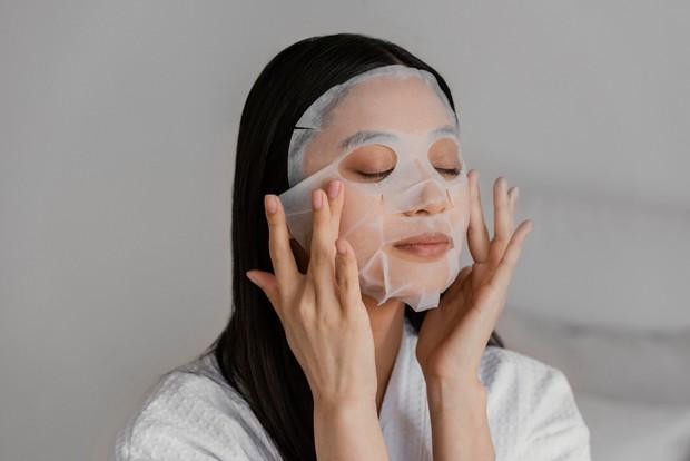 Gunakan masker yang mampu menghilangkan minyak namun tidak membuat kulit kering.