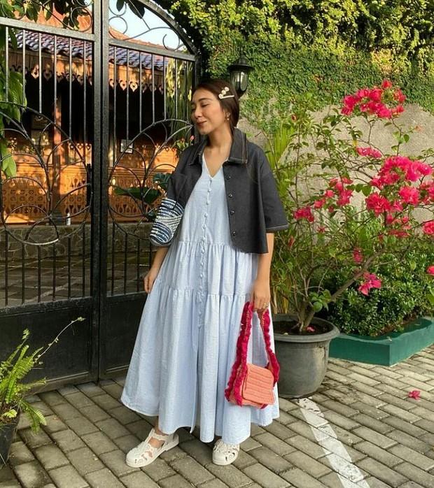 Claradevi atau yang dikenal dengan nama 'Lucedale' selalu menjadi perhatian kaum milenial dengan gaya outfit vintage-nya.