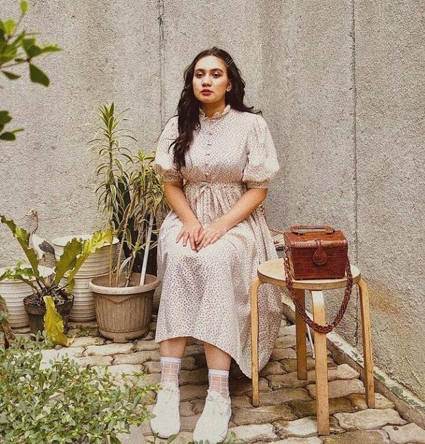Galabby Thahira merupakan istri dari presenter Dimas Danang, yang seringkali membagikan foto OOTD-nya di akun Instagram pribadinya.