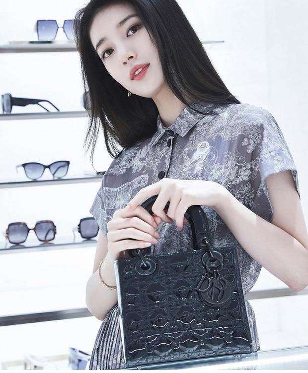 Suzy pakai Small Lady Dior Bag Black Ultraglossy Pattent Cannage Calfskin seharga Rp 69,8 juta.