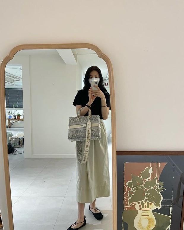 Suzy pakai Dior Large Lady D-Lite Bag dengan harga Rp 75,5 juta.