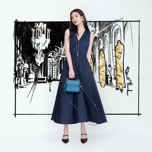 Suzy pakai Small Dior Travel Vanity Case seharga Rp 42,7 juta.