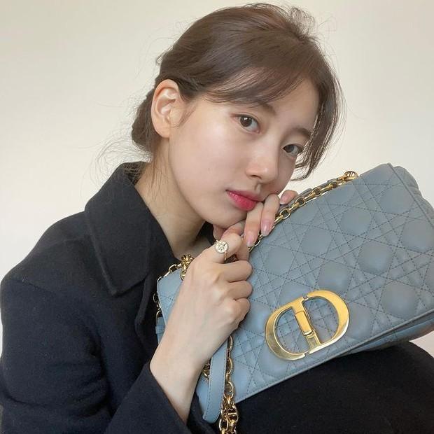 Suzy pakai Large Dior Cargo Bag seharga Rp 65.5 juta.